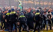 """صورة اعتقال نحو مئة متظاهر خلال احتجاج في أمستردام ضد القيود المرتبطة بـ""""كوفيد 19″"""